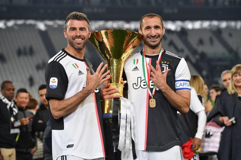 Captain Chiellini And Barzagli Deliver The Scudetto Trophy News Lega Serie A